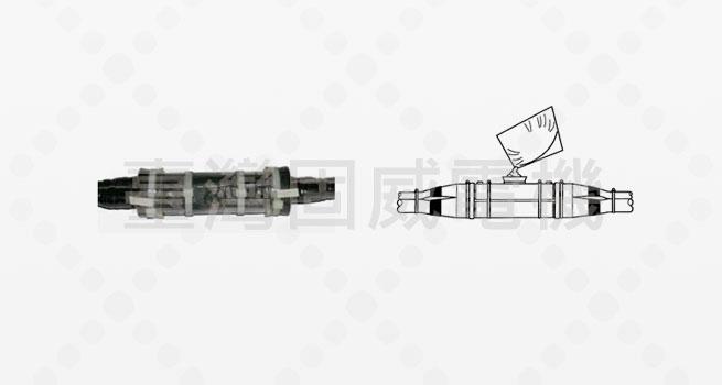 固威RMC灌膠式電纜接頭套件對於直埋電纜或淹水地區電纜之接頭,能提供極佳的機械保護與良好的絕緣及防水功效。 灌膠式電纜接頭適用於無遮蔽層之多芯電纜。施工時將透明的塑膠模封套於導線接頭並加束緊,灌注樹脂經十餘分鐘樹脂凝固後,即成為一長壽可靠的接頭。 接頭套件包含:透明塑膠套、端蓋、電氣絕緣樹脂、電纜紮帶、磨砂布及膠帶等。